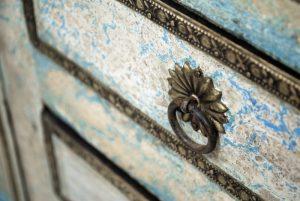 exotique - P-05 - comoda pictata, lemn masiv si insertii metalice, 153x41x90cm, detaliu